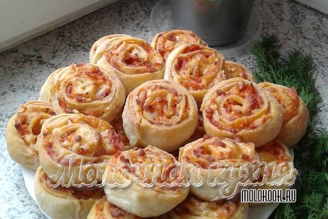 Мини-пиццы в виде розочек с ветчинной начинкой