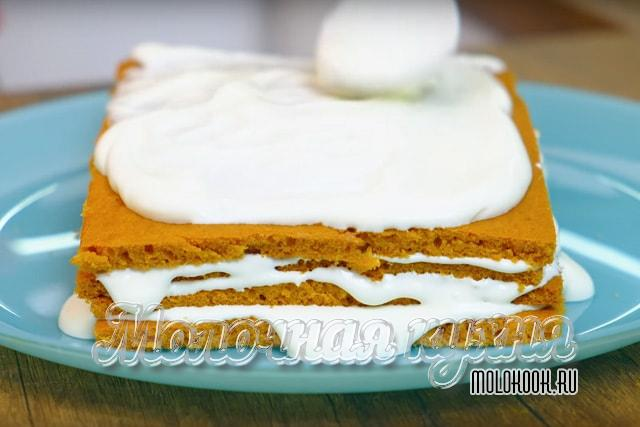Обмазывание торта сметанной массой