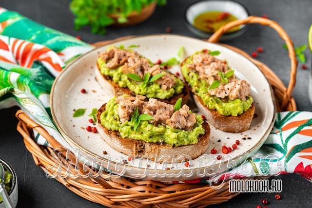 Бутерброды с авокадо и консервированной печенью трески