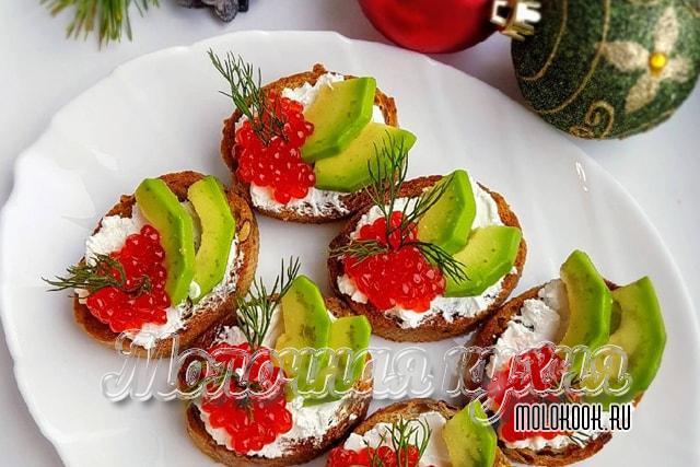 Бутерброды с красной икрой и авокадо