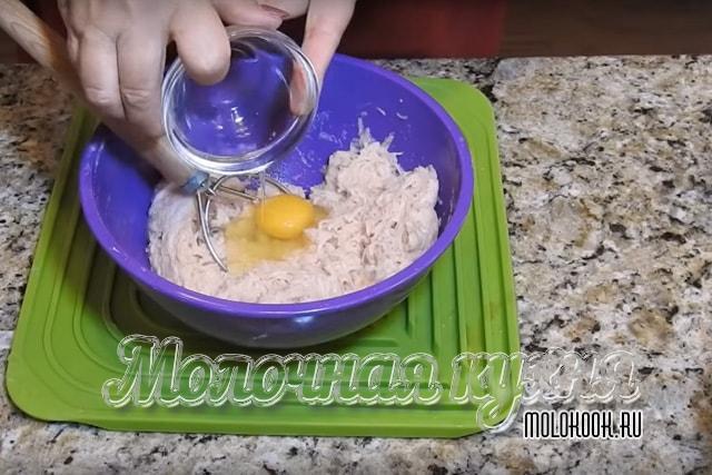 Добавление куриного яйца