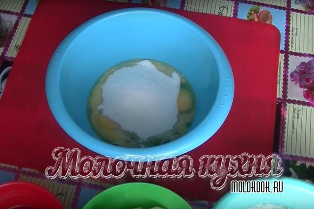 Сахар, куриные яйца, ванилин в глубокой миске