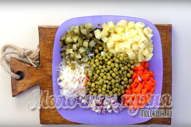 Смешать овощи в большом салатнике