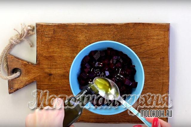 Заправка измельченной свеклы маслом