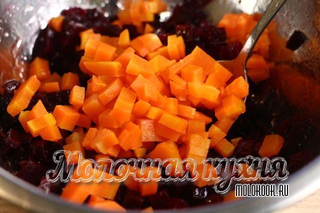 Морковные кубики в миске со свеклой