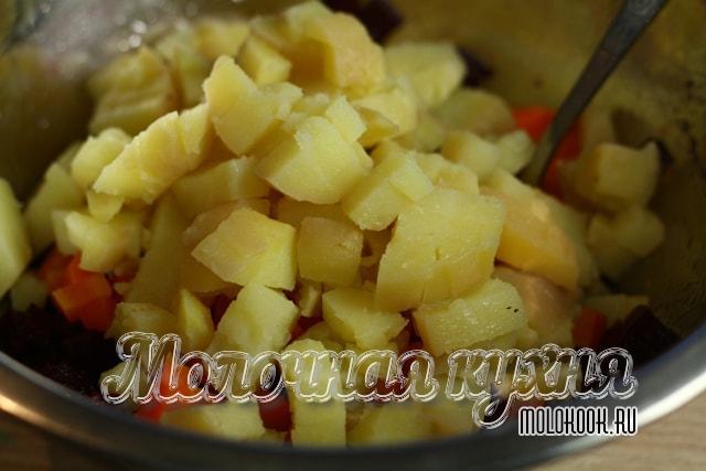 Картофель нарезан и пересыпан в салатник