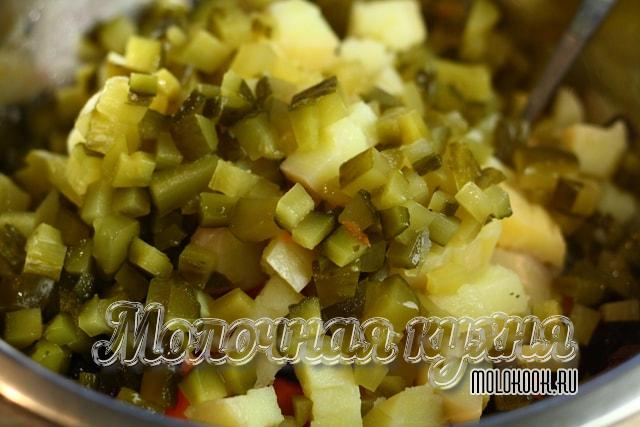 Нарезанные огурцы добавлены к остальным овощам