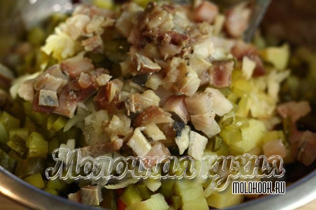 Филе сельди порезано и добавлено в салат