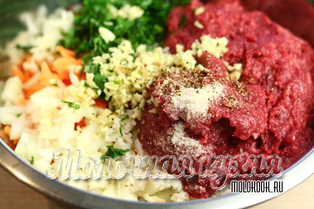 Рис, специи и фарш добавлены к овощам