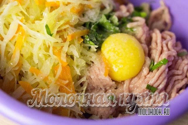 Яичный желток и обжаренные овощи добавлены к мясу