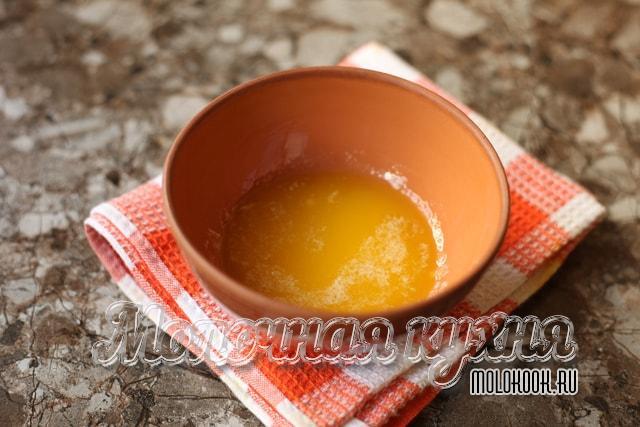 Растопленное масло остывает
