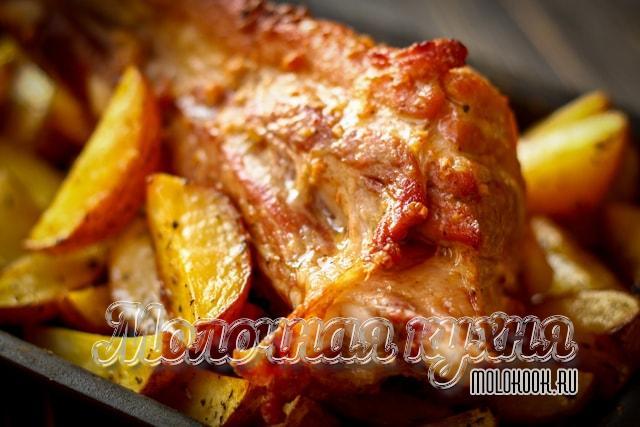 Запеченные свиные ребрышки с румяным картофелем