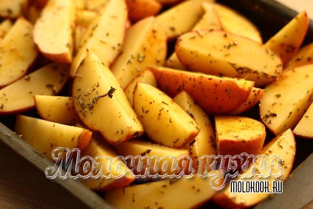 Кусочки картофеля на противне