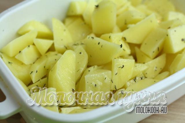 Картофель нарезан и перемешан с приправой