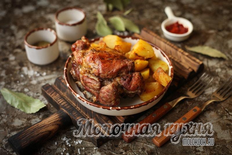 Рецепт свиных ребер с картофелем, запеченных в духовке