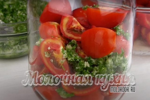 Выкадывание слоев томатов и зелени