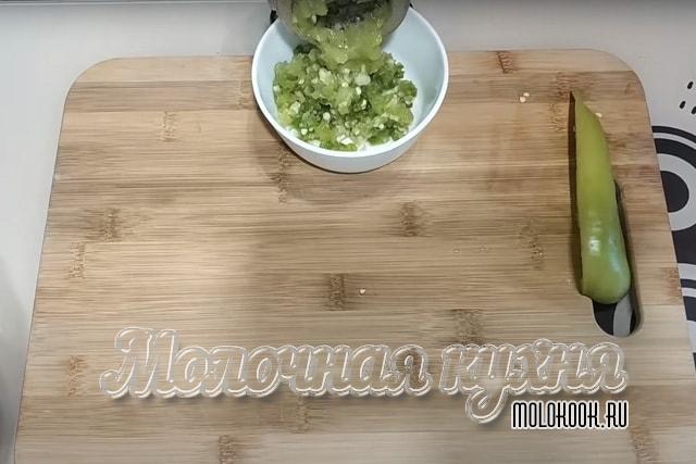 Перекручивание перца и чеснока через мясорубку