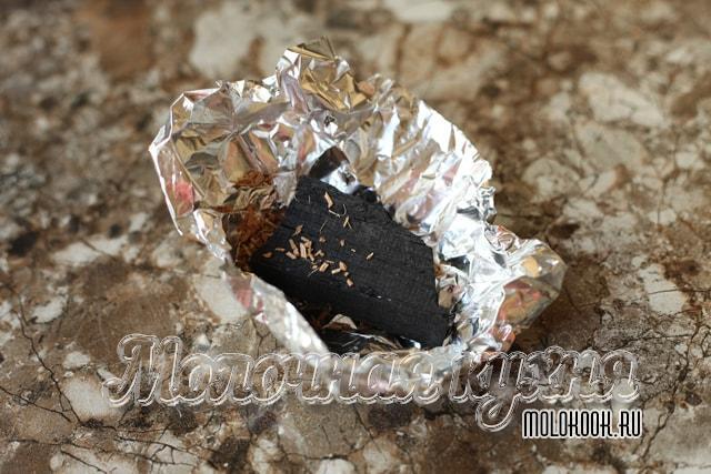 Кусочек древесного угля на фольге