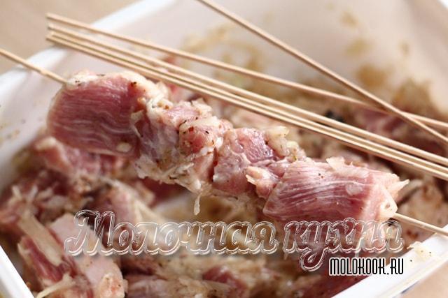Насаживание мяса на деревянные шпажки