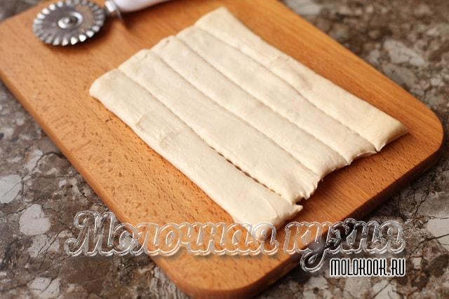 Тесто нарезано на полосы