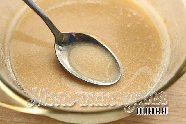 Растопленное масло, смешанное с сахаром