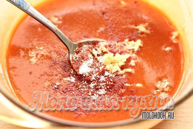 Специи высыпаны в соус