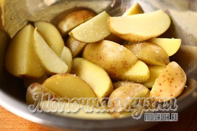 Картофельные кусочки перемешаны с солью