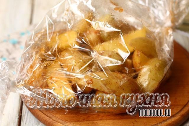 Дольки картошки в рукаве