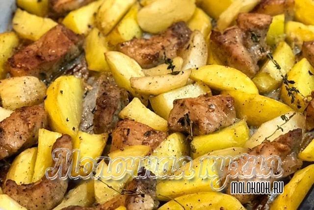 Запеченная картошка с кусочками свинины