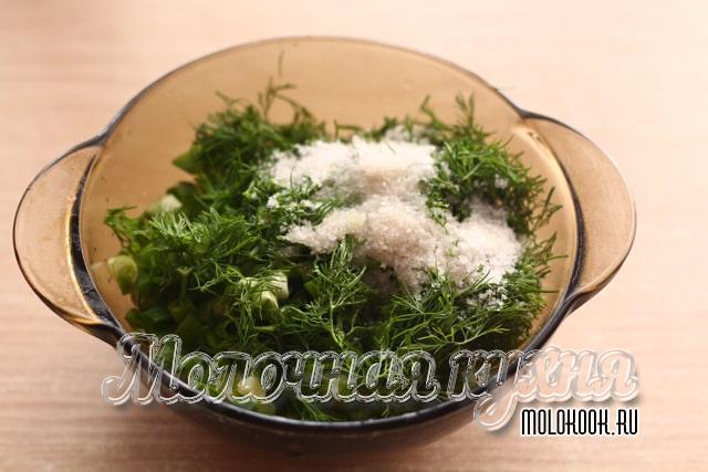 Соль добавлена к измельченной зелени