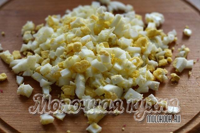 Измельченные вареные яйца