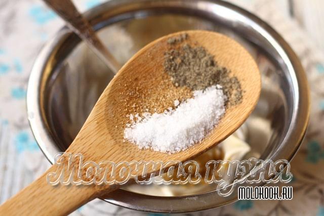 Добавление соли и специй