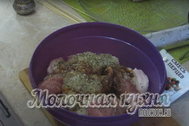 К нарезанному мясу добавлен лук и специи