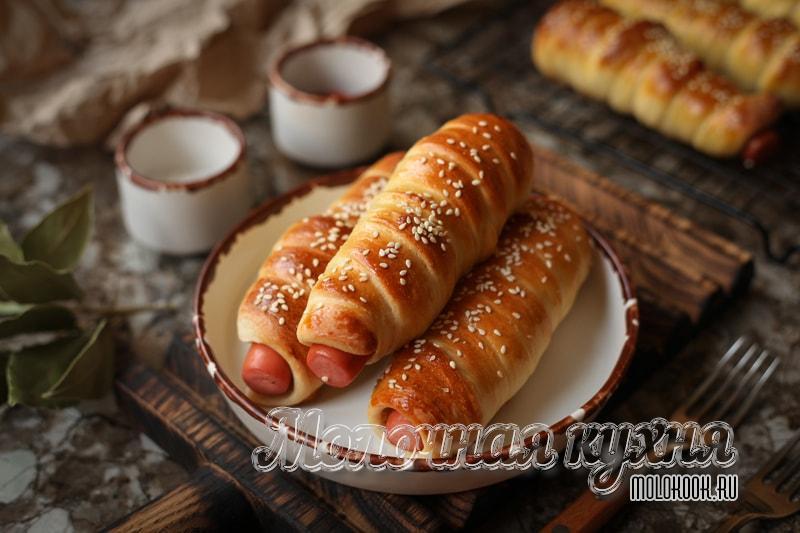 Сосиски в тесте, запеченные в духовке (дрожжевые)
