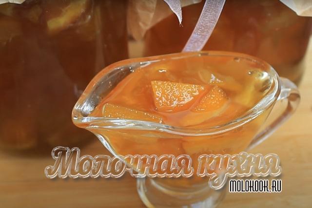 С кусочками лимона и апельсина
