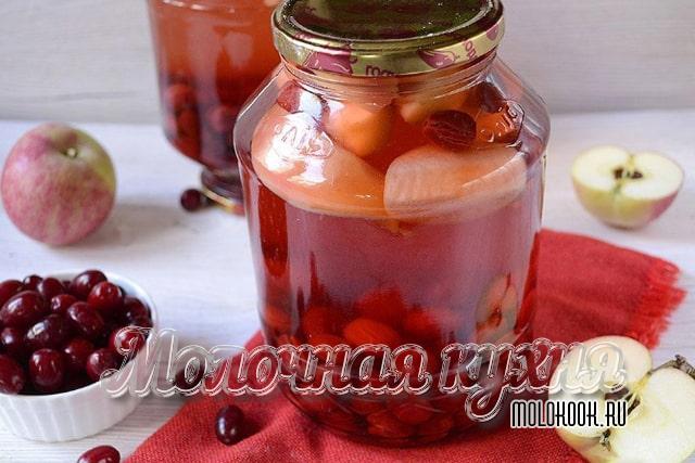 Ягодно-фруктовый компот из яблок, черешни и вишни