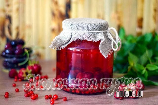 Черешнево-клубнично-смородиновый компот