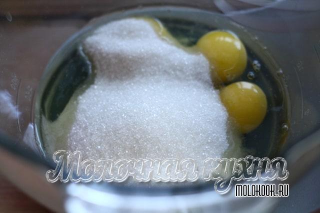 Яйца с сахаром в чаше миксера