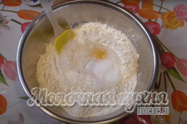 Гашеная сода и яйцо добавлены