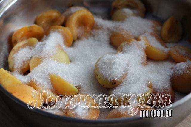Половинки абрикосов в сахаре