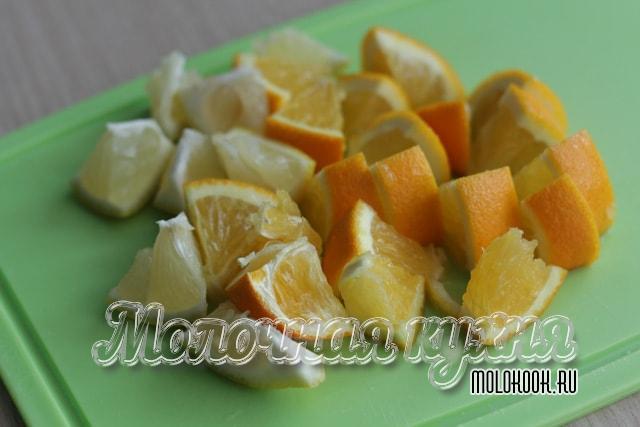 Лимон и апельсин порезаны