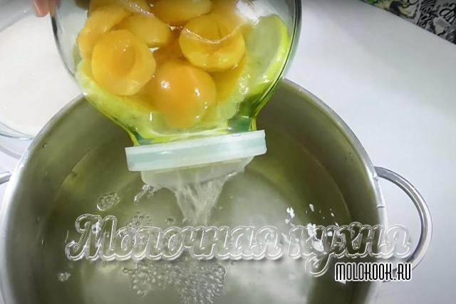 Сливание жидкости в большую кастрюлю