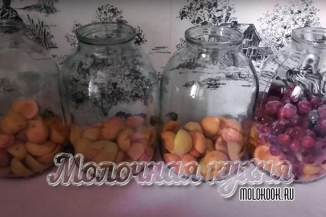 Вишнево-абрикосовая смесь распределена по банкам
