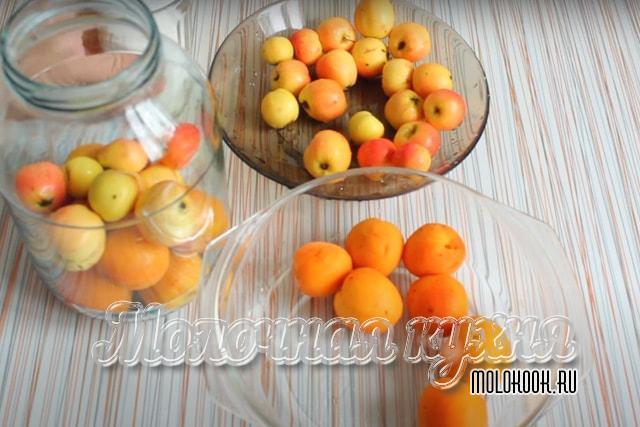 Подготовленные плоды заложены в банку