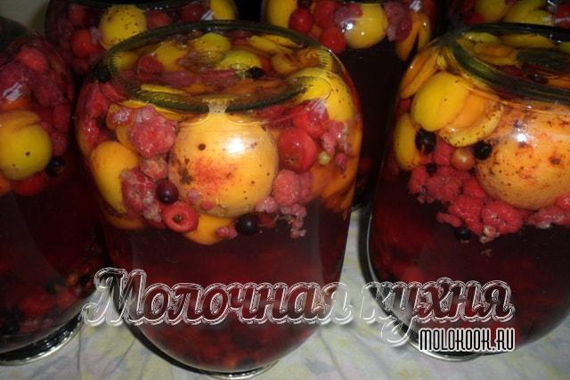 Фруктово-ягодный компот-ассорти