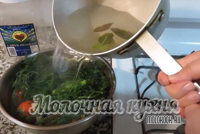 Процесс выливания рассола