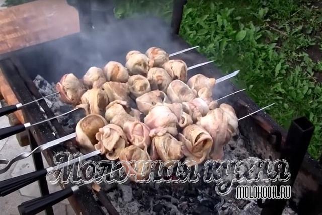 Блюдо жарится над углями