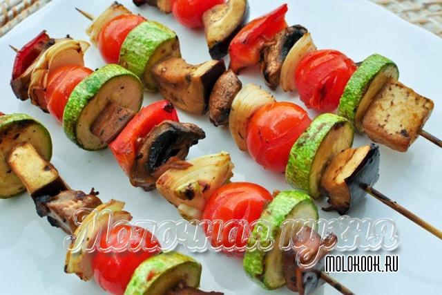 Шашлычки из кабачков, лука, шампиньонов и томата
