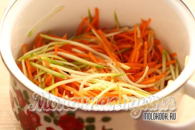 Потертые овощи в одной кастрюле