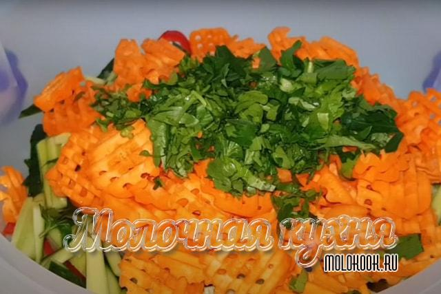Измельченная петрушка и морковь добавлены